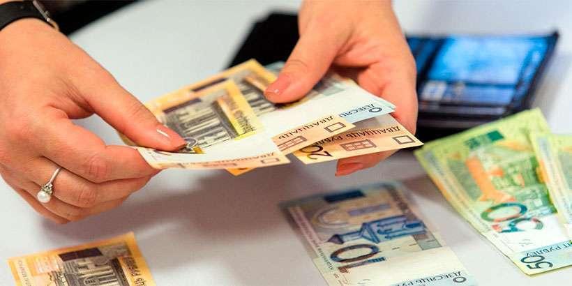 Средняя зарплата в августе выросла на 16,9 рубля